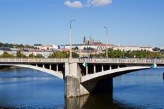 Solig sommardag i mitten av Prague med svanar Arkivbilder