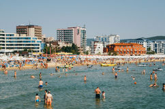 SOLIG STRAND, BULGARIEN - AUGUSTI 29, 2015: En fullsatt strandplats på den centrala delen av Sunny Beach i Bulgarien Royaltyfri Foto