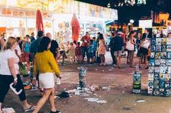 SOLIG STRAND, BULGARIEN - AUGUSTI 29, 2015: Nattsikten av Sunny Beach med folk promenerar den centrala gatan Arkivfoton