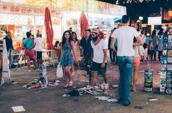 SOLIG STRAND, BULGARIEN - AUGUSTI 29, 2015: Nattsikten av Sunny Beach med folk promenerar den centrala streen Fotografering för Bildbyråer
