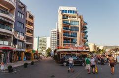 SOLIG STRAND, BULGARIEN - AUGUSTI 29, 2015: Turister promenerar promenaden av Sunny Beach Royaltyfria Foton