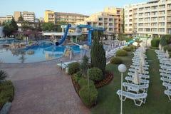 SOLIG STRAND, BULGARIEN - JUNI 15, 2016: chic hotellTrakia Plaza med en simbassäng på plats och bekväma rum Royaltyfri Fotografi