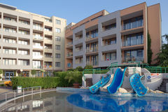 SOLIG STRAND, BULGARIEN - JUNI 15, 2016: chic hotellTrakia Plaza med en simbassäng på plats och bekväma rum Arkivfoto