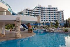 SOLIG STRAND, BULGARIEN - JUNI 15, 2016: chic hotellTrakia Plaza med en simbassäng på plats och bekväma rum Arkivbild