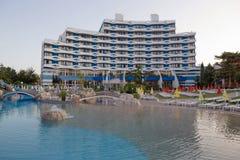 SOLIG STRAND, BULGARIEN - JUNI 15, 2016: chic hotellTrakia Plaza med en simbassäng på plats och bekväma rum Royaltyfria Bilder