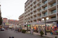 SOLIG STRAND, BULGARIEN - JUNI 15, 2016: Turister promenerar promenaden av Sunny Beach med talrika kaféer, stänger, restauranger  Royaltyfria Foton