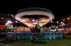 SOLIG STRAND, BULGARIEN - September 10, 2017: Dragning i parkera Karusell i rörelse på natten Ett långt exponeringsfoto Arkivfoton
