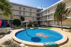 SOLIG STRAND, BULGARIEN - September 9, 2017: hotell Longoza med en simbassäng på plats och bekväma rum Arkivbilder