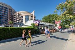 SOLIG STRAND, BULGARIEN - September 8, 2017: Populär sommarsemesterort nära Burgas, Bulgarien - sikt av strandpromenad i sommar,  Royaltyfria Bilder