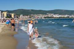 SOLIG STRAND, BULGARIEN - September 12, 2017: SemesterortSunny Beach Bulgaria sikt av stranden i sommar Royaltyfria Bilder