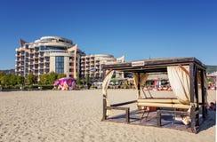 SOLIG STRAND, BULGARIEN - September 8, 2017: SemesterortSunny Beach Bulgaria sikt av stranden i sommar Sikt av hotellet Festa M Royaltyfri Bild