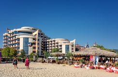 SOLIG STRAND, BULGARIEN - September 8, 2017: SemesterortSunny Beach Bulgaria sikt av stranden i sommar Sikt av hotellet Festa M Arkivfoton
