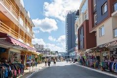 SOLIG STRAND, BULGARIEN - September 9, 2017: Sikt från en shoppinggata Arkivbilder