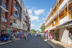 SOLIG STRAND, BULGARIEN - September 9, 2017: Sikt från en shoppinggata Royaltyfri Bild