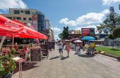 SOLIG STRAND, BULGARIEN - September 9, 2017: Sikt från en shoppinggata i mitten av semesterorten Royaltyfri Foto