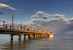 SOLIG STRAND, BULGARIEN - September 6, 2017: Sikt till bron i Sunny Beach, central promenad Arkivfoto
