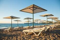Solig strand i morgonen Royaltyfria Bilder