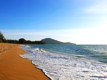 Solig strand med blå himmel Fotografering för Bildbyråer