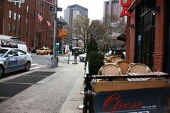 Solig utomhus- gatatrafik för kafé NY Royaltyfri Foto