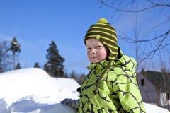solig vinter för pojkedagstående Arkivbilder