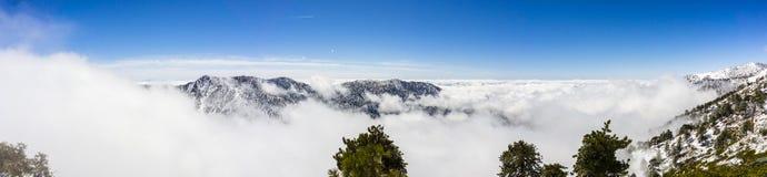 Solig vinterdag med stupad snö och ett hav av vita moln på slingan till Mt San Antonio (Mt Baldy), Los Angeles County, arkivfoton