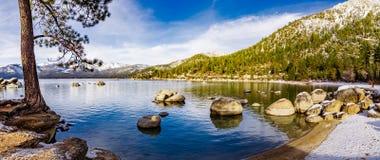 Solig vinterdag på shorelinen av Lake Tahoe, sandhamndelstatspark, toppig bergskedja berg, Nevada royaltyfri foto