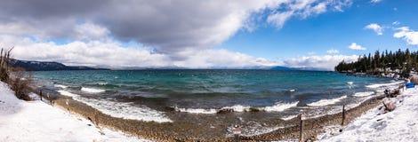 Solig vinterdag på shorelinen av Lake Tahoe, toppig bergskedja berg, Kalifornien; bryta bränning som skapas av vinden; Privat ege fotografering för bildbyråer