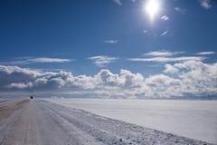 Solig vinterhorisont med moln arkivbilder