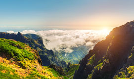 Soliga berg i moln Royaltyfri Fotografi
