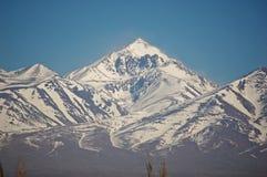 soliga höga berg för dag arkivbild