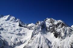 soliga höga berg för dag Royaltyfri Bild