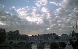 Soliga moln över Romes Tiber royaltyfri foto