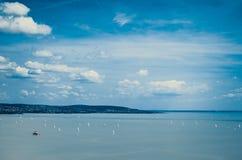 Soliga moln på Balaton sjön Arkivbilder