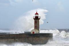 Soliga stormiga vågor Arkivbild