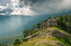 Soliga strålar i bergen royaltyfria bilder