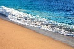 Soliga strand- och havvågor Arkivbild
