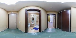 SOLIGORSK, BIELORRUSIA - SEPTIEMBRE DE 2013: panorama esf?rico incons?til completo 360 grados en cuartos del pasillo del peque?o  fotografía de archivo libre de regalías