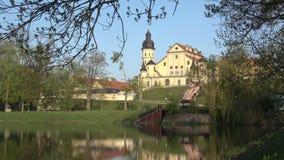 Soligt kan morgonen på den gamla Nesvizh slotten _ arkivfilmer