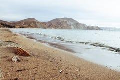 Soligt landskap av sjösidakusten med sikt av två stenar Black Sea Koktebel, Krim arkivbild
