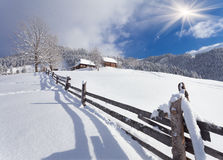 Soligt landskap i bergbyn Royaltyfria Bilder