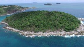 Soligt landskap & liten ö, från ettkontrollerat flygplan lager videofilmer