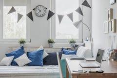 Soligt sovrum för pojke arkivfoton
