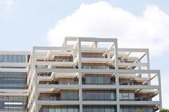 soligt terrasserat torn för kontorsskies under white Arkivfoton