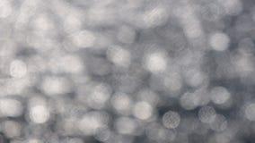 Solilsken blick på vattnet Flod, hav eller sjö på en solig dag Unfocused bild, bokeh Abstrakt bakgrund, texturerar Arkivfoto