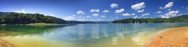 Solina湖岸的全景  免版税库存照片