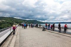 Solina, Polen -18 Juli 2016: De dam op de San-Rivier in Polen Stock Fotografie