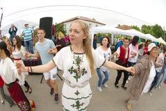 Solista novo do grupo da dança nos jogos de Nestinar na vila dos búlgaros em Bulgária Imagem de Stock Royalty Free