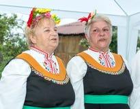 Solistas do coro amador nos jogos de Nestkena em Bulgária foto de stock royalty free