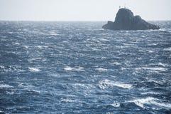 Solitair eiland onder de golven van de Middellandse Zee Royalty-vrije Stock Foto's