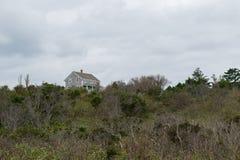Solitair huis die zich bij de hoogste rand van een groene herfstheuvelkant bevinden, Blokeiland, RI royalty-vrije stock foto's